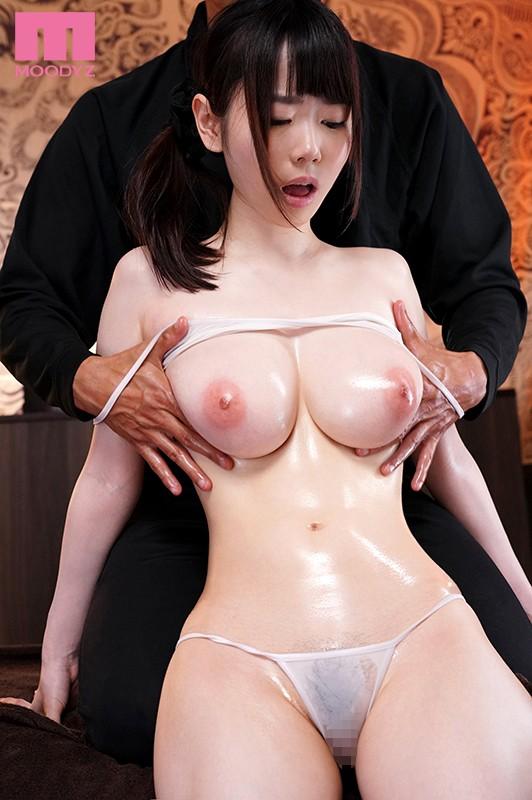 【おっぱい】美女たちがスケベ整体師にローションまみれで乳首弄られ鷲掴みで巨乳を揉まれまくってるマッサージおっぱい画像集!ww【80枚】 09