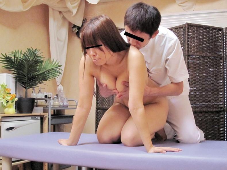 【おっぱい】美女たちがスケベ整体師にローションまみれで乳首弄られ鷲掴みで巨乳を揉まれまくってるマッサージおっぱい画像集!ww【80枚】 50