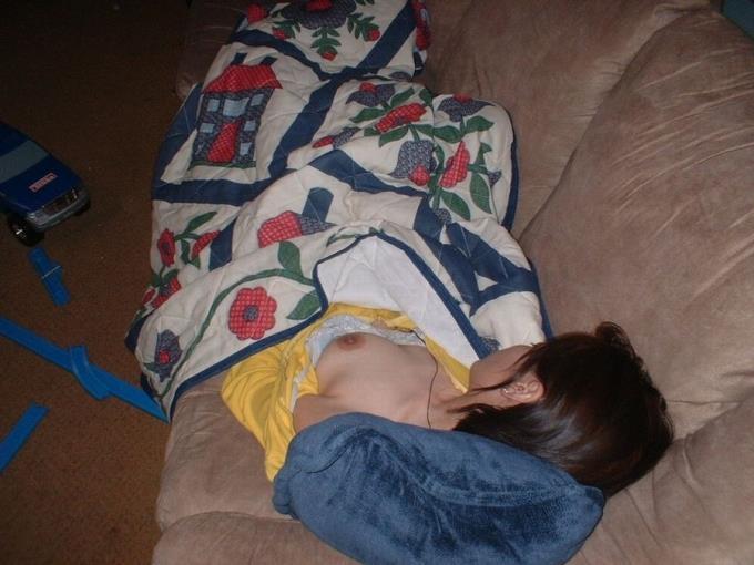 【おっぱい】人妻や姉や妹の部屋に夜這いしてパジャマや浴衣をめくって乳首を吸って睡眠姦したった夜這いのおっぱい画像集!ww【80枚】 60
