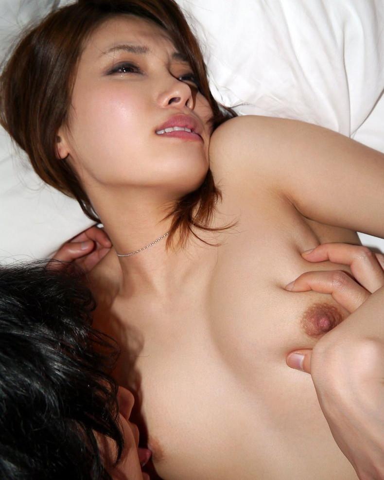 【おっぱい】むっちり巨乳のドMな美女の勃起した乳首を弄ってつねったり舐めたりしまくる乳首責めのおっぱい画像集ww【80枚】 27