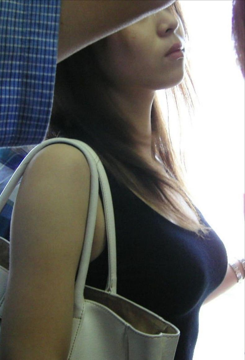 【おっぱい】街中で素人美女や人妻たちの前かがみ胸チラやブラチラを盗撮しちゃった街角おっぱい画像集!!【80枚】 17