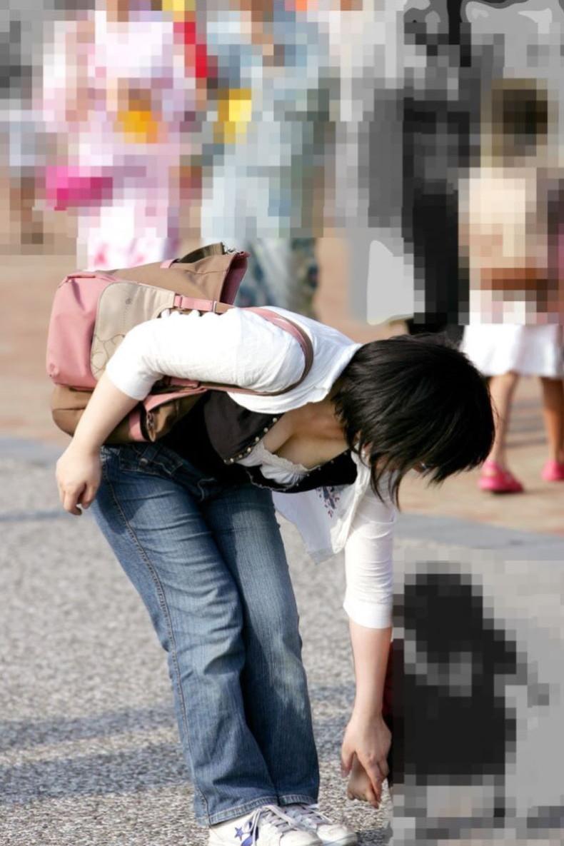 【おっぱい】街中で素人美女や人妻たちの前かがみ胸チラやブラチラを盗撮しちゃった街角おっぱい画像集!!【80枚】 26