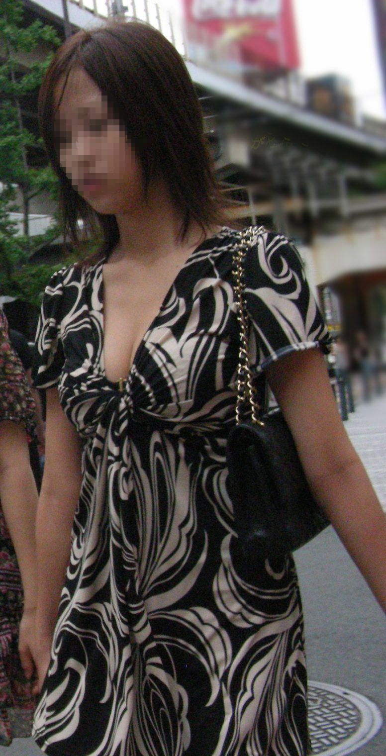 【おっぱい】街中で素人美女や人妻たちの前かがみ胸チラやブラチラを盗撮しちゃった街角おっぱい画像集!!【80枚】 28