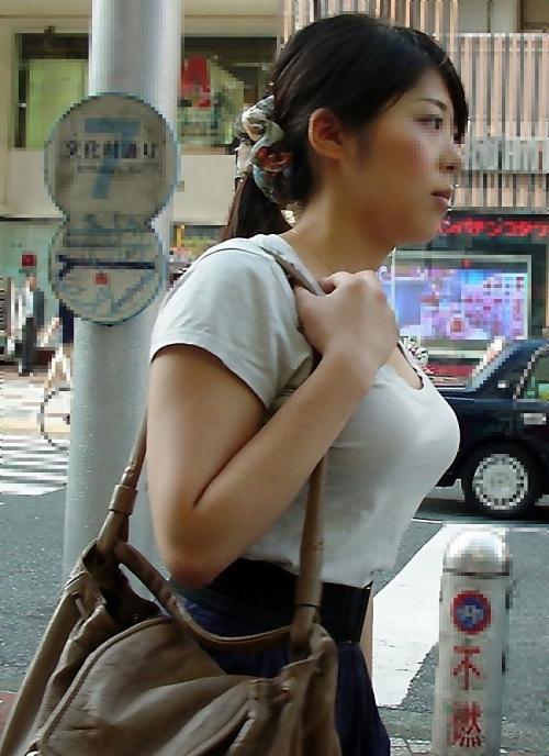 【おっぱい】街中で素人美女や人妻たちの前かがみ胸チラやブラチラを盗撮しちゃった街角おっぱい画像集!!【80枚】 43