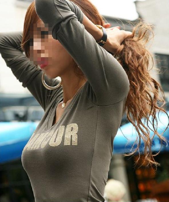 【おっぱい】街中で素人美女や人妻たちの前かがみ胸チラやブラチラを盗撮しちゃった街角おっぱい画像集!!【80枚】 76