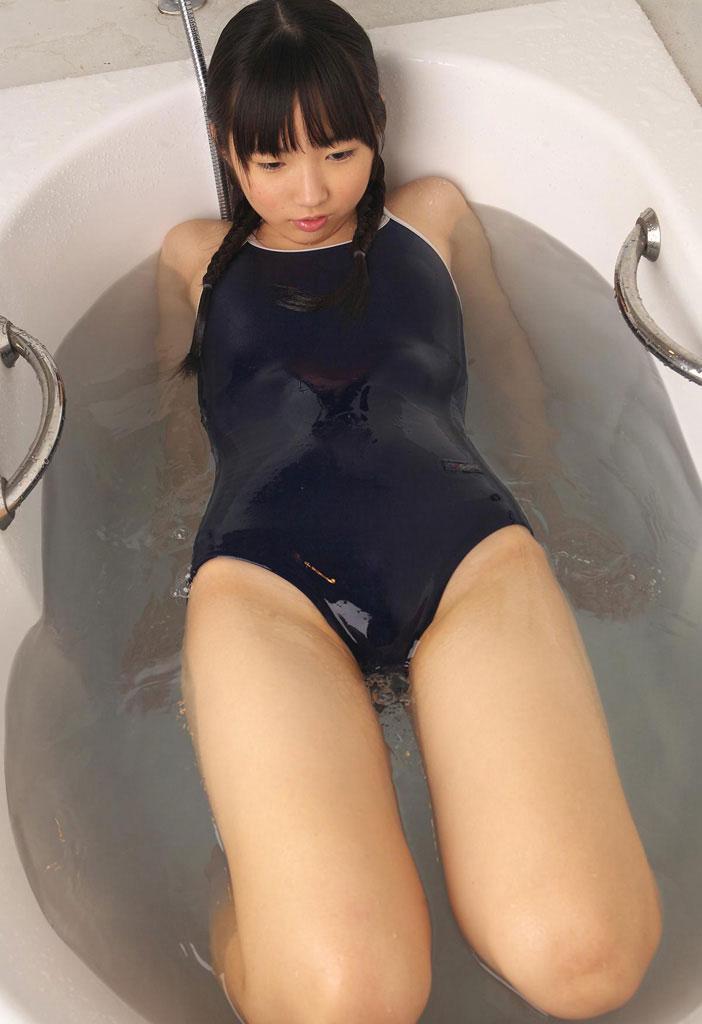 【おっぱい】スクール水着で膨らんだ成長段階の貧乳や発育良すぎるデカパイがパツパツでエロ過ぎるスク水おっぱい画像集!【80枚】 40