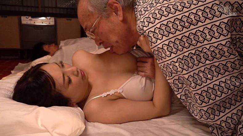 【おっぱい】お義父さん止めてください!wwむっちり巨乳の若妻が介護中の義父に寝取られデカパイを吸われちゃった介護妻のおっぱい画像集w【80枚】 65