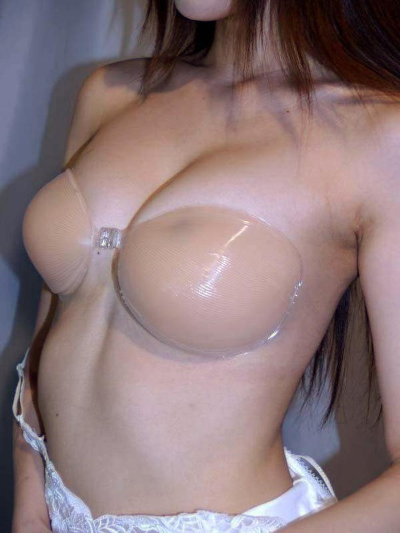 【おっぱい】ヌーブラ装着してる美巨乳が丸見えよりもエロい件wwペロンと剥がして乳首弄りたくなるヌーブラおっぱい画像集!w【80枚】 35
