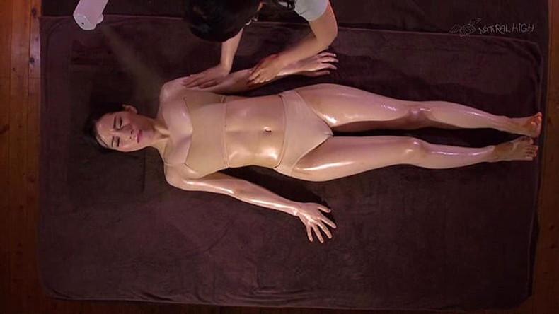 【おっぱい】エステでアロマオイル塗ったぬるぬるの美乳を揉まれて乳首を弄られ感じちゃってるエステのおっぱい画像集!w【80枚】 35