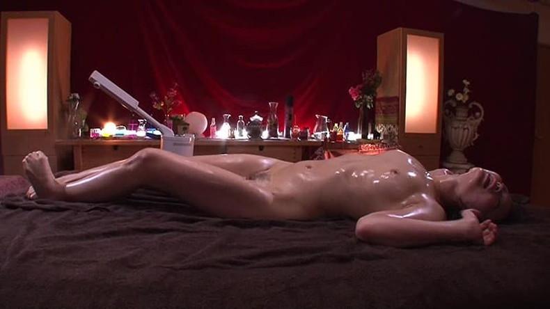 【おっぱい】エステでアロマオイル塗ったぬるぬるの美乳を揉まれて乳首を弄られ感じちゃってるエステのおっぱい画像集!w【80枚】 71