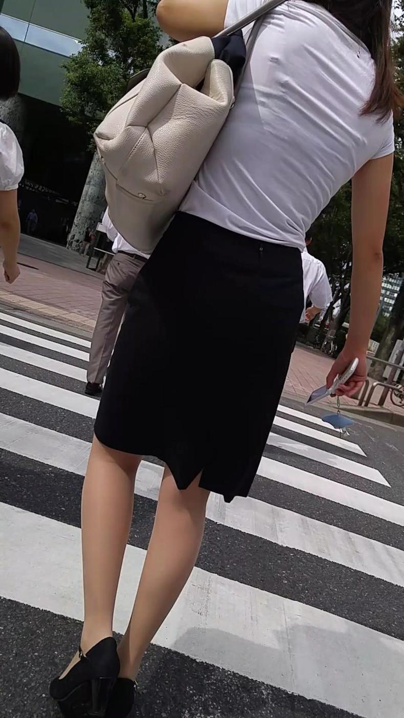 【おっぱい】透けブラしてるOLさんや制服JK、若妻たちを尾行しながら盗撮したった透けブラおっぱい画像集!ww【80枚】 21