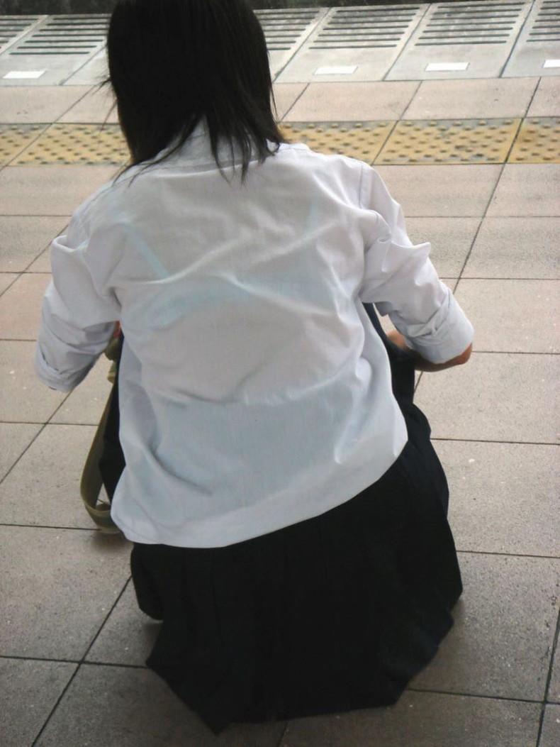 【おっぱい】透けブラしてるOLさんや制服JK、若妻たちを尾行しながら盗撮したった透けブラおっぱい画像集!ww【80枚】 30