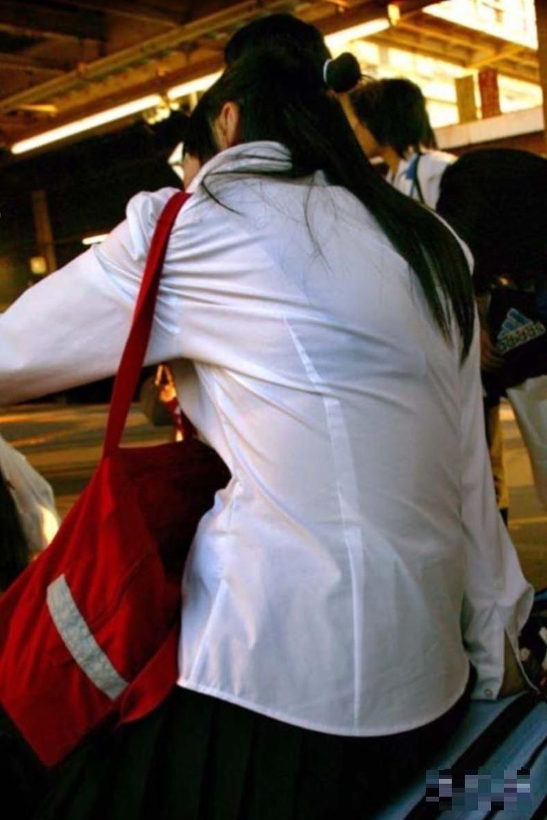 【おっぱい】透けブラしてるOLさんや制服JK、若妻たちを尾行しながら盗撮したった透けブラおっぱい画像集!ww【80枚】 31