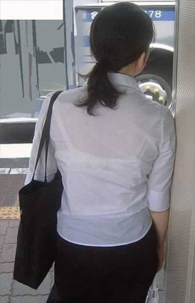 【おっぱい】透けブラしてるOLさんや制服JK、若妻たちを尾行しながら盗撮したった透けブラおっぱい画像集!ww【80枚】 32