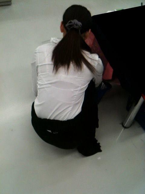 【おっぱい】透けブラしてるOLさんや制服JK、若妻たちを尾行しながら盗撮したった透けブラおっぱい画像集!ww【80枚】 33