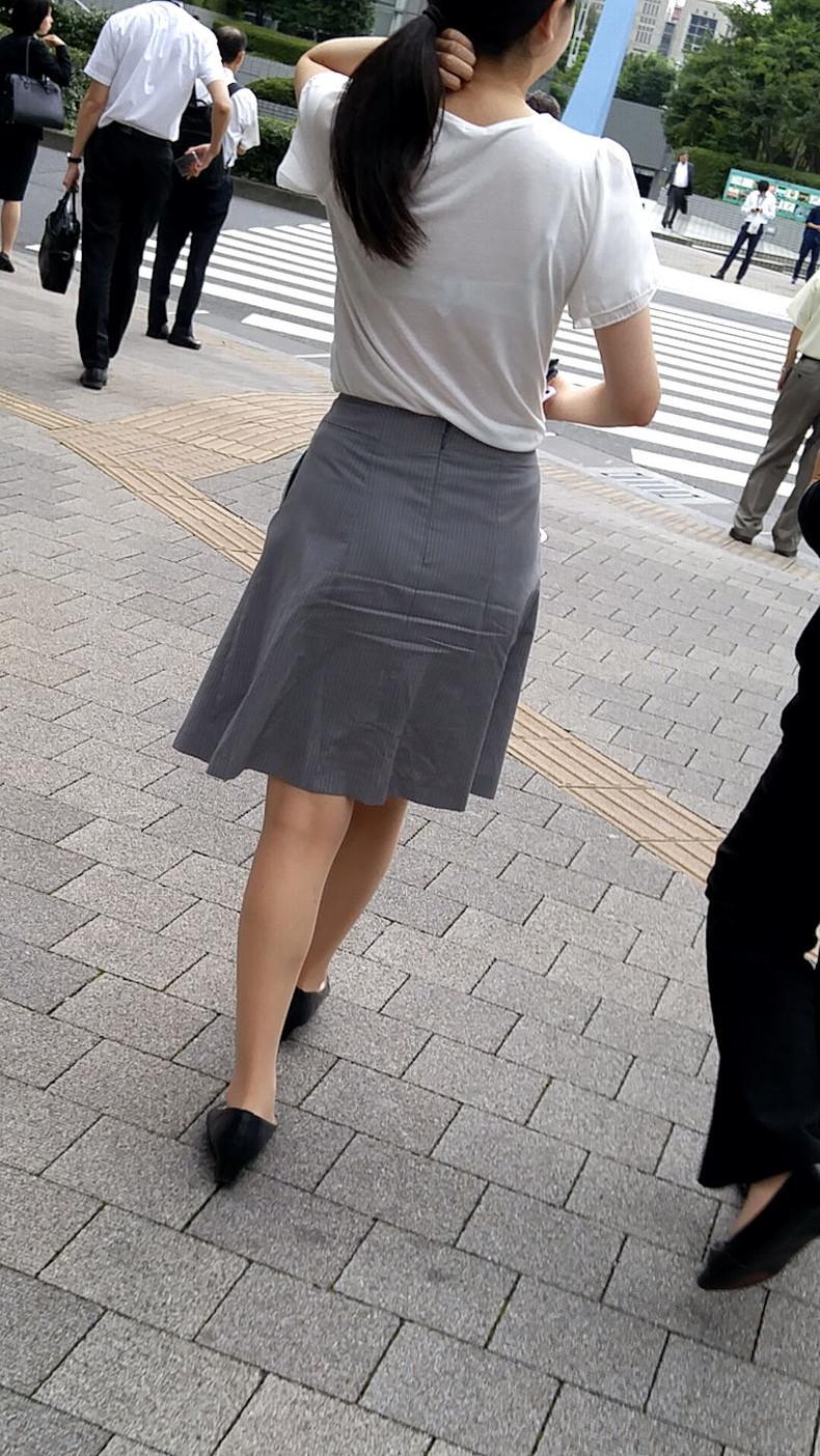 【おっぱい】透けブラしてるOLさんや制服JK、若妻たちを尾行しながら盗撮したった透けブラおっぱい画像集!ww【80枚】 35