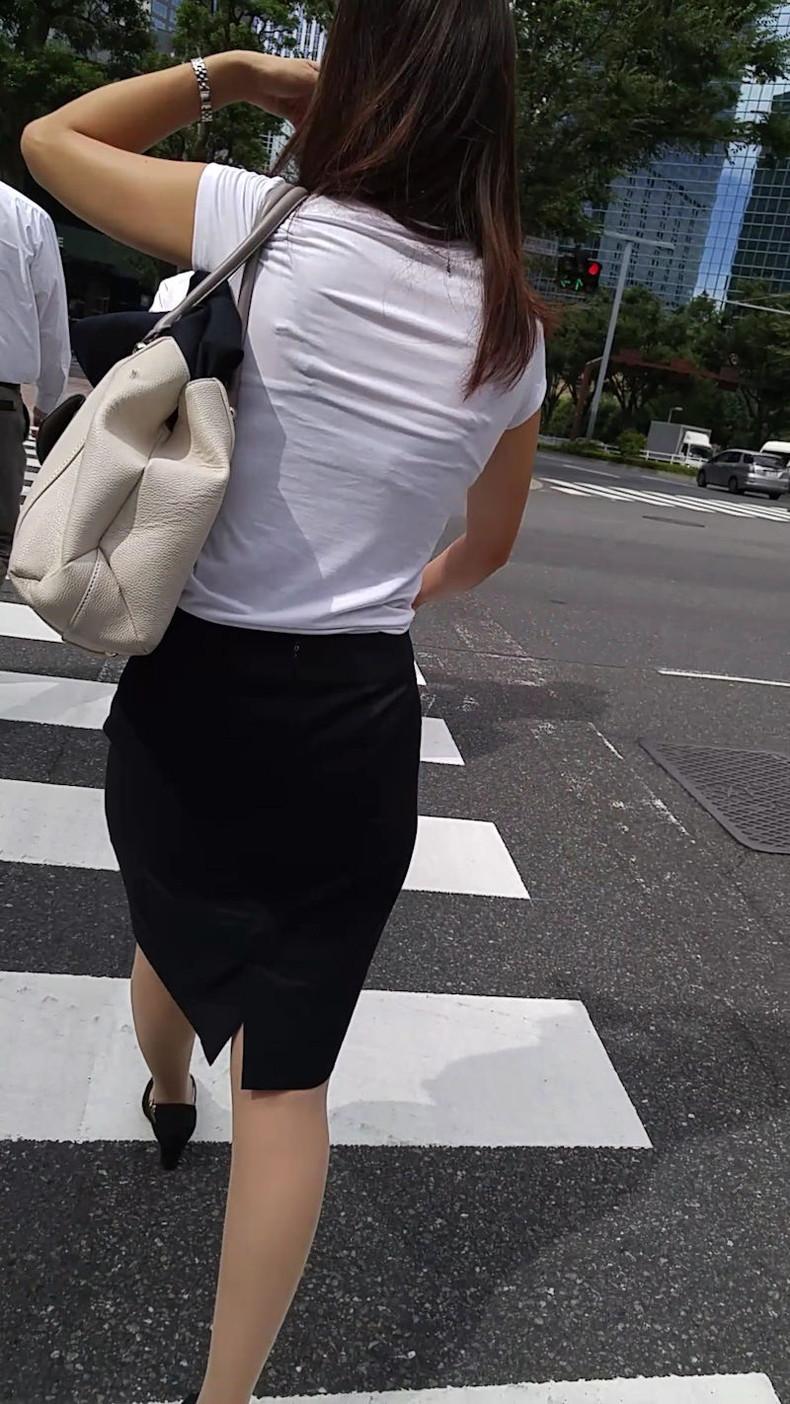 【おっぱい】透けブラしてるOLさんや制服JK、若妻たちを尾行しながら盗撮したった透けブラおっぱい画像集!ww【80枚】 45