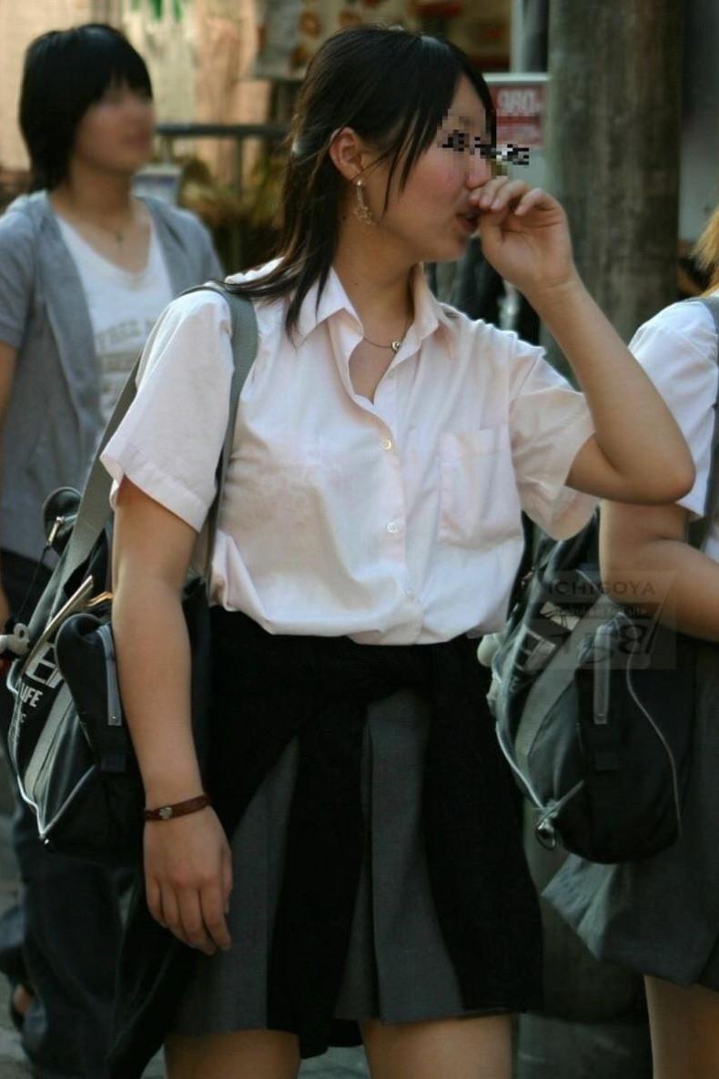 【おっぱい】透けブラしてるOLさんや制服JK、若妻たちを尾行しながら盗撮したった透けブラおっぱい画像集!ww【80枚】 49