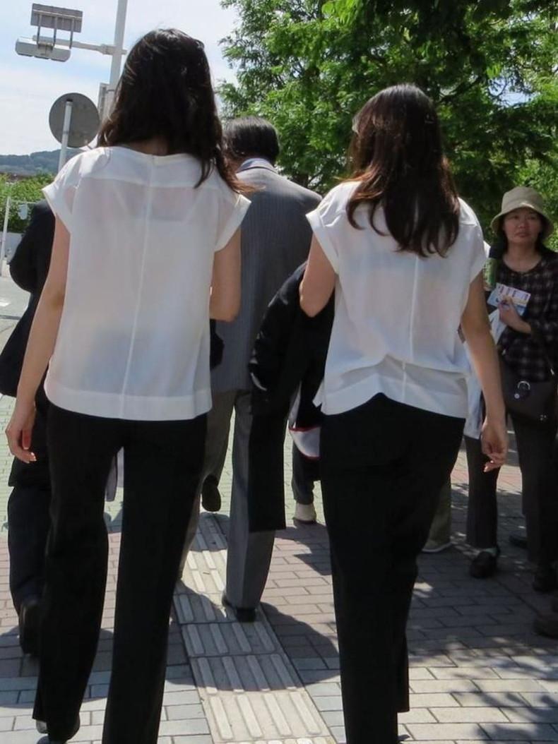 【おっぱい】透けブラしてるOLさんや制服JK、若妻たちを尾行しながら盗撮したった透けブラおっぱい画像集!ww【80枚】 57