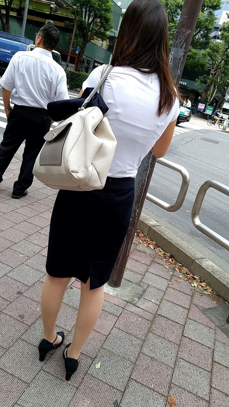【おっぱい】透けブラしてるOLさんや制服JK、若妻たちを尾行しながら盗撮したった透けブラおっぱい画像集!ww【80枚】 68