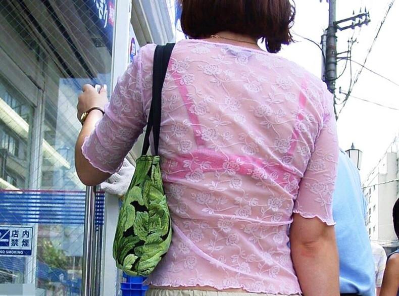 【おっぱい】街中でブラジャー透けてる薄着の素人女子を視姦して盗撮したったブラ透けおっぱい画像集www【80枚】 04