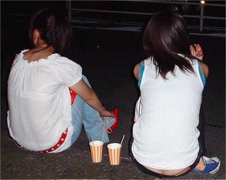 【おっぱい】街中でブラジャー透けてる薄着の素人女子を視姦して盗撮したったブラ透けおっぱい画像集www【80枚】 11