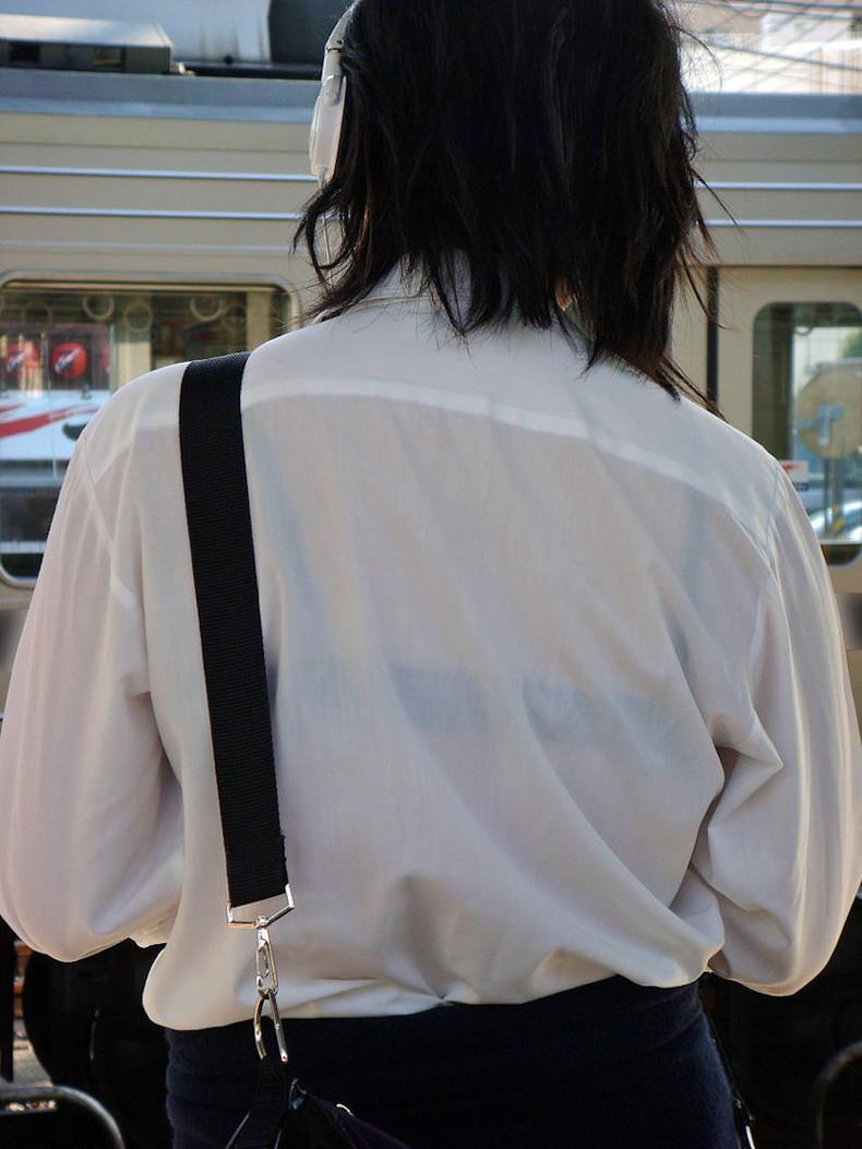 【おっぱい】街中でブラジャー透けてる薄着の素人女子を視姦して盗撮したったブラ透けおっぱい画像集www【80枚】 22