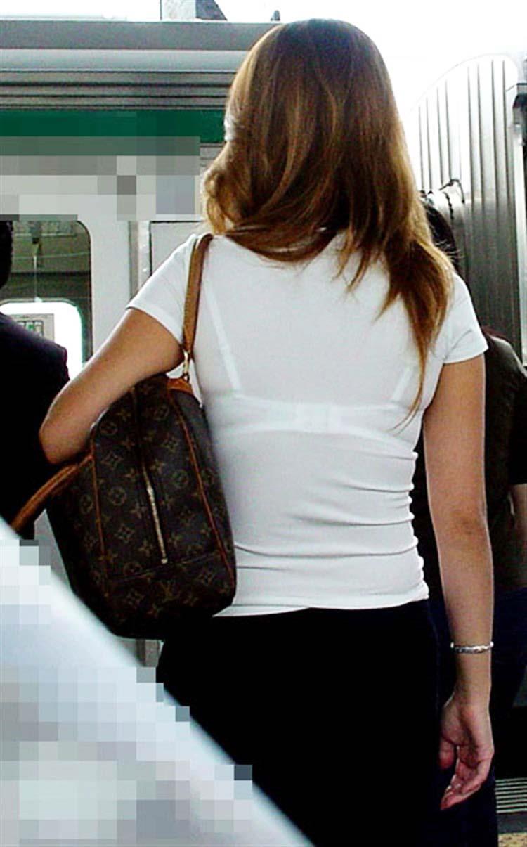 【おっぱい】街中でブラジャー透けてる薄着の素人女子を視姦して盗撮したったブラ透けおっぱい画像集www【80枚】 27