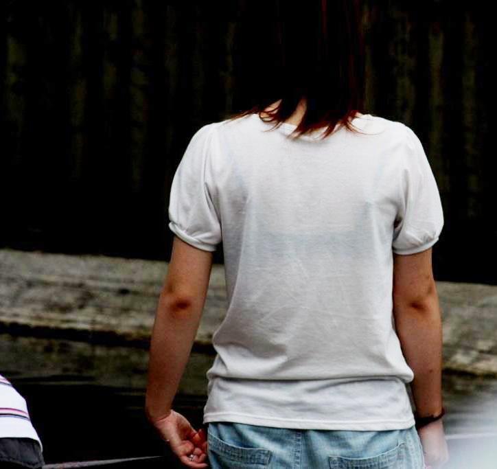 【おっぱい】街中でブラジャー透けてる薄着の素人女子を視姦して盗撮したったブラ透けおっぱい画像集www【80枚】 31