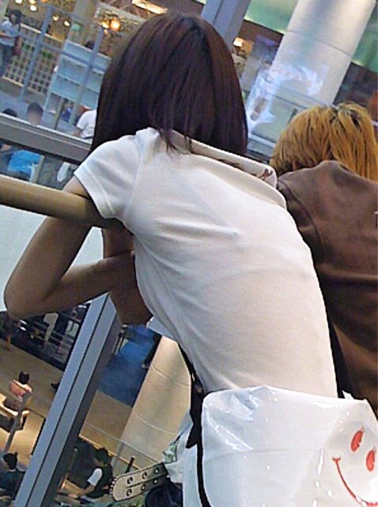 【おっぱい】街中でブラジャー透けてる薄着の素人女子を視姦して盗撮したったブラ透けおっぱい画像集www【80枚】 52