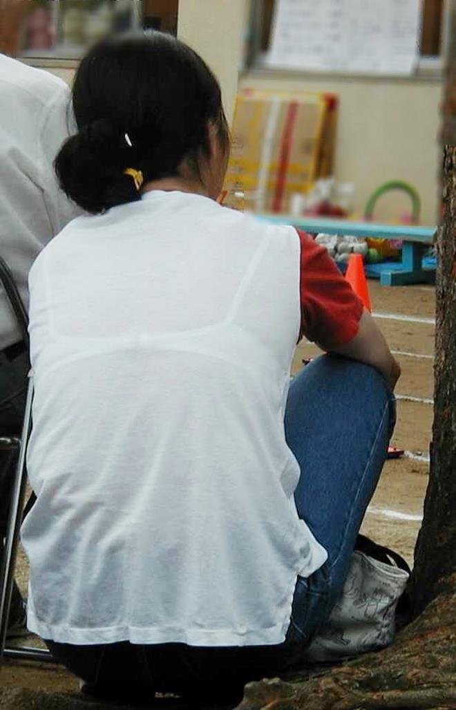 【おっぱい】街中でブラジャー透けてる薄着の素人女子を視姦して盗撮したったブラ透けおっぱい画像集www【80枚】 67