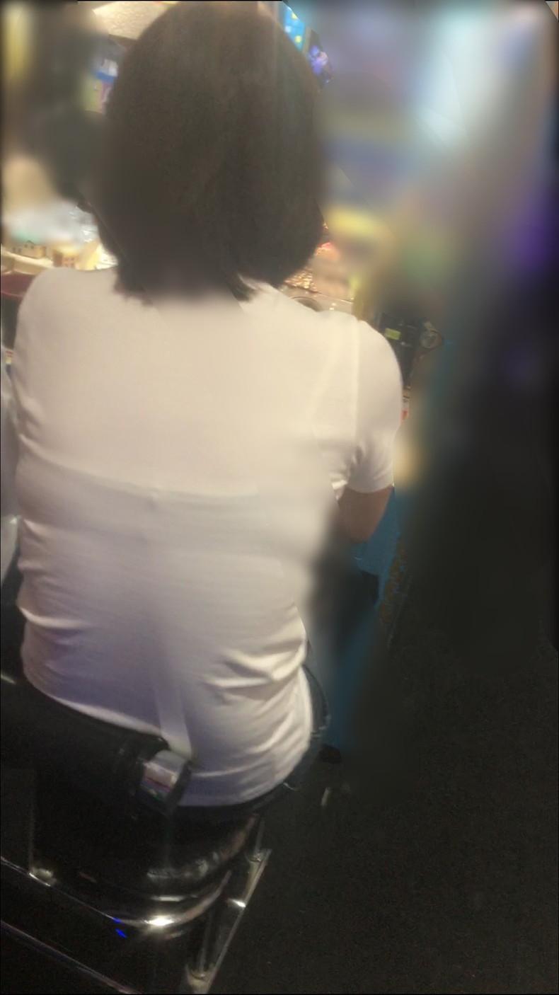【おっぱい】街中でブラジャー透けてる薄着の素人女子を視姦して盗撮したったブラ透けおっぱい画像集www【80枚】 68