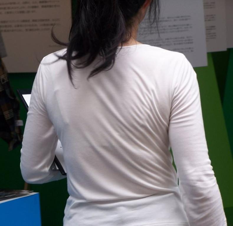 【おっぱい】街中でブラジャー透けてる薄着の素人女子を視姦して盗撮したったブラ透けおっぱい画像集www【80枚】 73