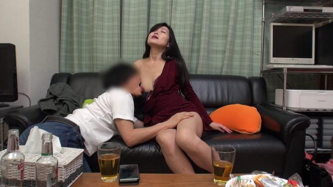 【おっぱい】イケメンが自宅に連れ込みナンパ!欲求不満で性欲旺盛な人妻さんのおっぱい画像がエロすぎる!【30枚】 05