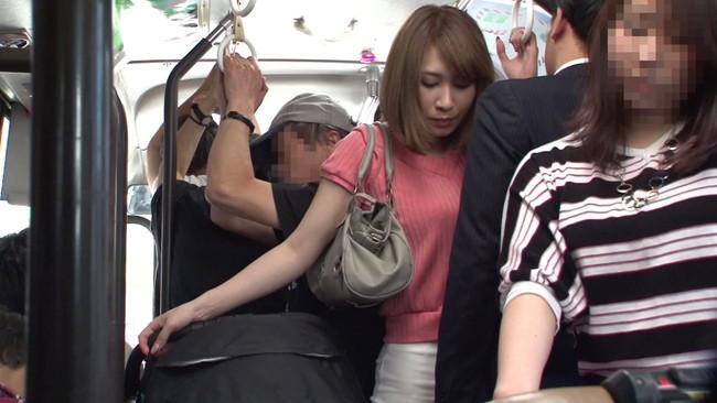 【おっぱい】満員バスで子供を産んで乳首が敏感になったベビーカー妻のおっぱい画像がエロすぎる!【30枚】 03
