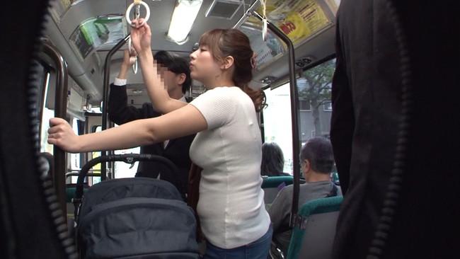 【おっぱい】満員バスで子供を産んで乳首が敏感になったベビーカー妻のおっぱい画像がエロすぎる!【30枚】 12