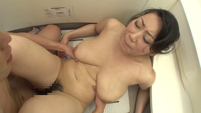 【おっぱい】お風呂掃除をしている姿に欲情してしまう息子に近親相姦セックスをねだられるお母さんのおっぱい画像がエロすぎる!【30枚】 22