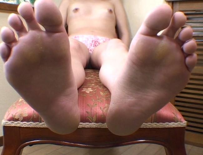 【おっぱい】足の裏を魅せながらおっぱいまで見せちゃって恥ずかしがっちゃう女性たちのおっぱい画像がエロすぎる!【30枚】