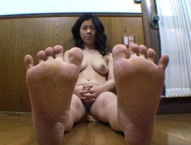 【おっぱい】足の裏を魅せながらおっぱいまで見せちゃって恥ずかしがっちゃう女性たちのおっぱい画像がエロすぎる!【30枚】 04