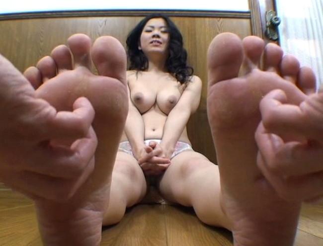 【おっぱい】足の裏を魅せながらおっぱいまで見せちゃって恥ずかしがっちゃう女性たちのおっぱい画像がエロすぎる!【30枚】 06