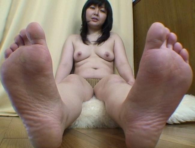 【おっぱい】足の裏を魅せながらおっぱいまで見せちゃって恥ずかしがっちゃう女性たちのおっぱい画像がエロすぎる!【30枚】 08