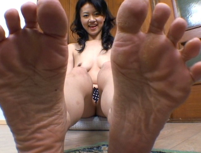 【おっぱい】足の裏を魅せながらおっぱいまで見せちゃって恥ずかしがっちゃう女性たちのおっぱい画像がエロすぎる!【30枚】 09