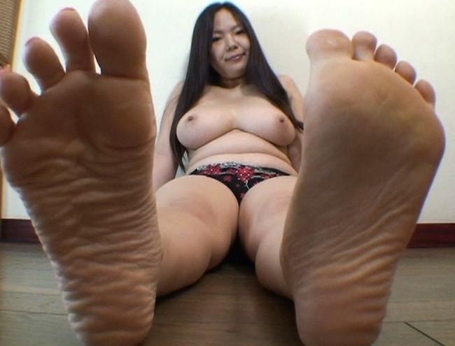 【おっぱい】足の裏を魅せながらおっぱいまで見せちゃって恥ずかしがっちゃう女性たちのおっぱい画像がエロすぎる!【30枚】 10