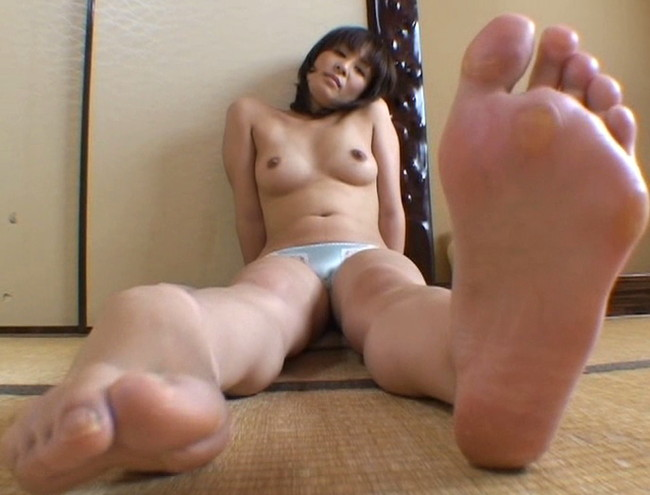 【おっぱい】足の裏を魅せながらおっぱいまで見せちゃって恥ずかしがっちゃう女性たちのおっぱい画像がエロすぎる!【30枚】 14