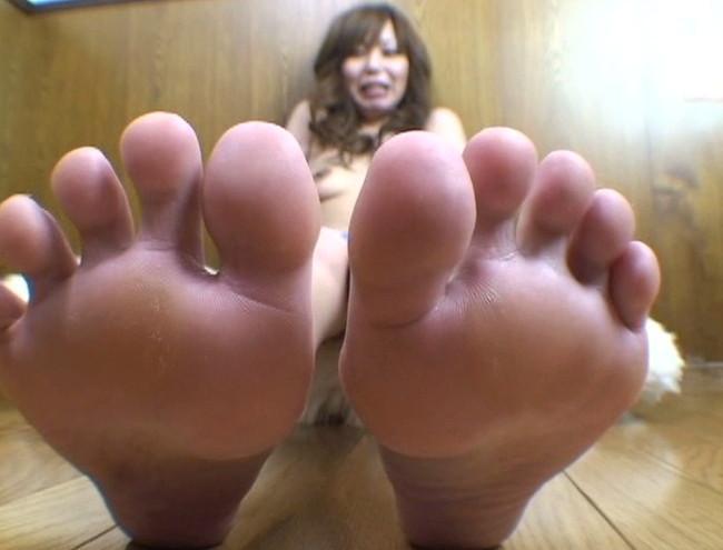 【おっぱい】足の裏を魅せながらおっぱいまで見せちゃって恥ずかしがっちゃう女性たちのおっぱい画像がエロすぎる!【30枚】 15