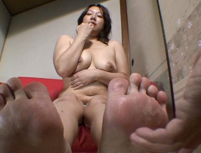 【おっぱい】足の裏を魅せながらおっぱいまで見せちゃって恥ずかしがっちゃう女性たちのおっぱい画像がエロすぎる!【30枚】 16