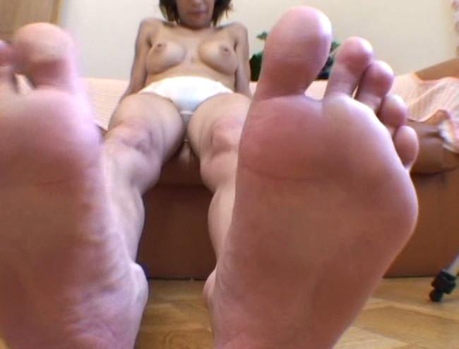 【おっぱい】足の裏を魅せながらおっぱいまで見せちゃって恥ずかしがっちゃう女性たちのおっぱい画像がエロすぎる!【30枚】 18