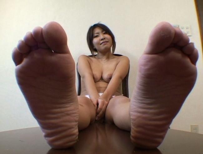 【おっぱい】足の裏を魅せながらおっぱいまで見せちゃって恥ずかしがっちゃう女性たちのおっぱい画像がエロすぎる!【30枚】 19