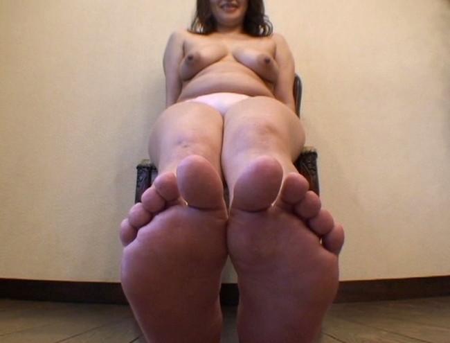 【おっぱい】足の裏を魅せながらおっぱいまで見せちゃって恥ずかしがっちゃう女性たちのおっぱい画像がエロすぎる!【30枚】 22