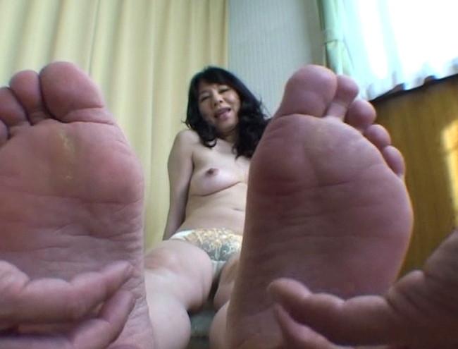【おっぱい】足の裏を魅せながらおっぱいまで見せちゃって恥ずかしがっちゃう女性たちのおっぱい画像がエロすぎる!【30枚】 24
